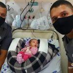 Recém-nascida de 13 dias engasgada com leite é salva por PMs em Limeira