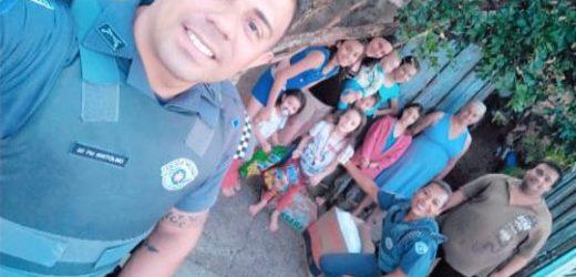 Equipe da polícia militar doa alimentos à família necessitada