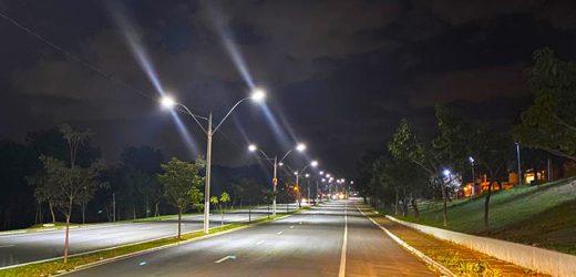 Serviços de troca de iluminação da Avenida Santa Bárbara avançam