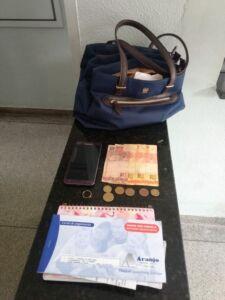 Bolsa e objetos roubados (Foto: Polícia Militar)
