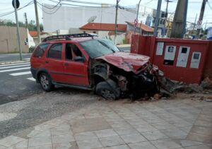 Carro colidiu em muro na avenida campos salles