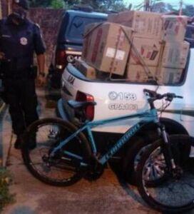 Caixas de cigarro e bicicleta apreendida Foto: Guarda Civil Municipal)